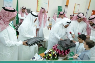 بالفيديو والصور.. أمير الرياض بالنيابة يزور عدداً من المدارس ويلتقي بالطلاب وأولياء الأمور - المواطن