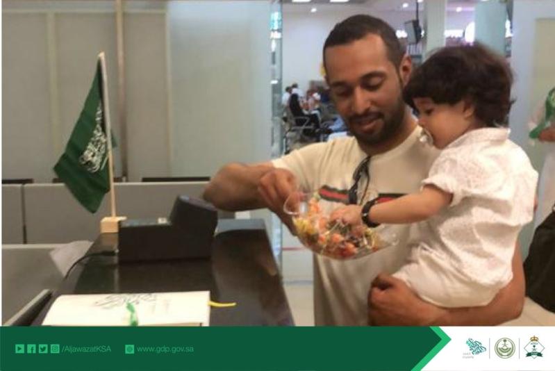 الجوازات تحتفل بيوم الوطن وتوزع الهدايا على المسافرين بالمطار