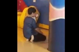 شاهد.. طفل يترك اللعب ويصلي منفرداً بأحد الملاهي - المواطن