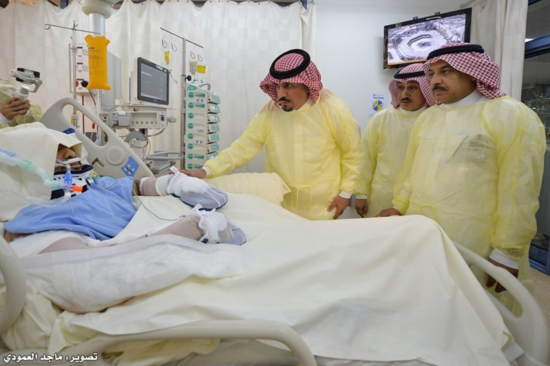 بعد تحطم مروحيته.. وزير الحرس الوطني يطمئن على الطيار آل الشيخ