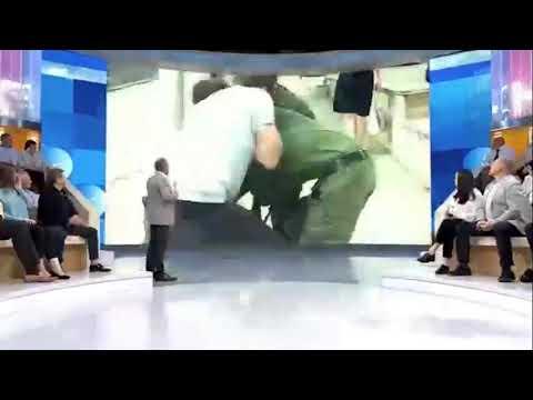 شاھد.. الاعتداء على مراسل قناة روسیة في بث مباشر