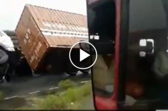 فيديو.. إعصار يقلب عدة شاحنات كبيرة - المواطن