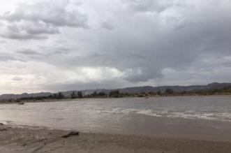 الأجواء الغائمة تُشكل مع جريان سيول وادي نجران منظراً أخاذاً 1