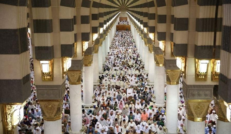 في أجواء إيمانية وروحية.. جموع المصلين يؤدون صلاة الجمعة في رحاب المسجد النبوي