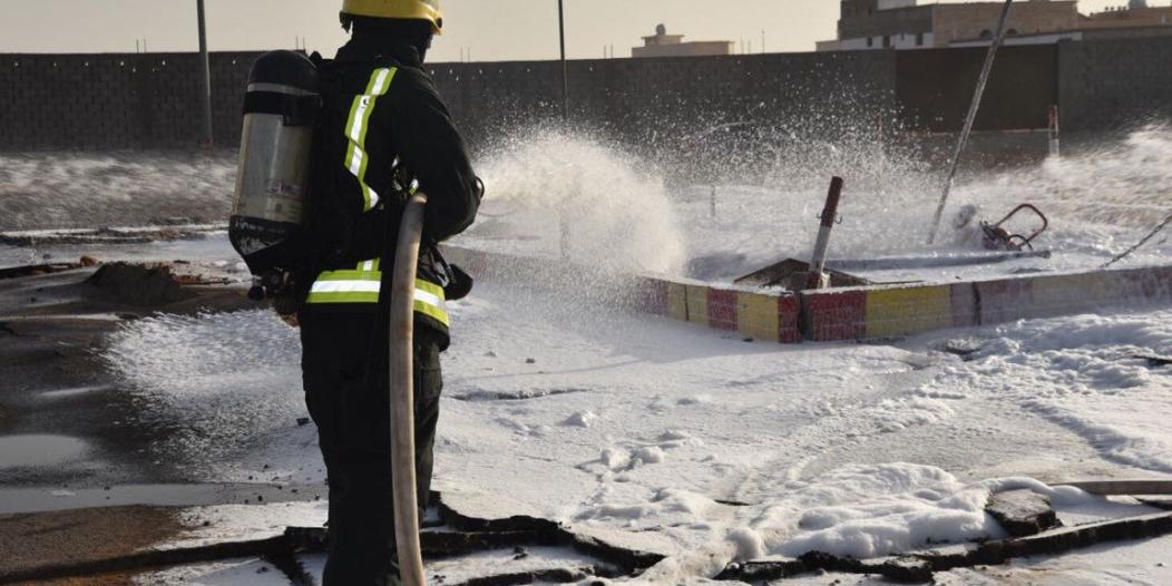 انفجار لحظي للأبخرة يسبب حريقًا في خزان محطة وقود بسكاكا