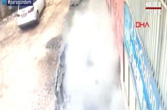 فيديو.. الأرض تنشق لتبتلع امرأتين فجأة في تركيا! - المواطن