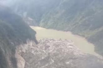 فيديو.. انهيار أرضي يخلق بحيرة عمقها 40 مترًا - المواطن