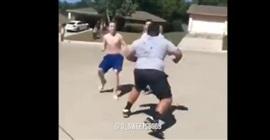 فيديو.. بدين يلقن شابين حاولا الاعتداء عليه درساً قاسياً - المواطن