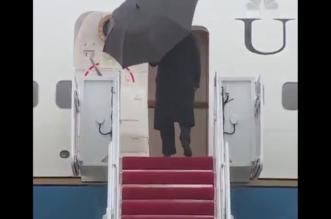 فيديو.. ترامب فشل في إغلاق مظلته فتركها على باب الطائرة مفتوحة! - المواطن