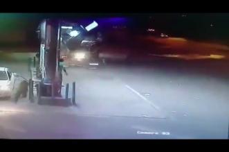 فيديو.. فقد السيطرة على مركبته فدمر كشكًا لبيع القهوة بمكة تمامًا - المواطن