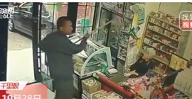 فيديو صادم.. رجل يعتدي على مُسنة بمساحة أرضيات!