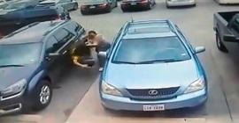 فيديو.. لحظة اعتداء رجل ضخم على امرأتين بالضرب المبرح - المواطن