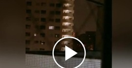 فيديو.. الرياح تتلاعب بكهرباء مبنى بشكل مرعب - المواطن