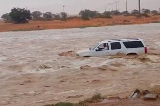 إنقاذ 3 أشخاص احتجزوا في مركبة جراء سيل بوادي مهرة - المواطن