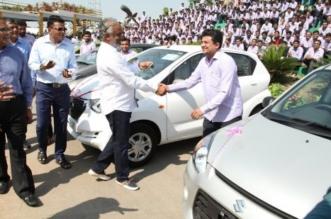 صور.. رجل أعمال يكافئ موظفيه المخلصين بـ 600 سيارة وألف شقة - المواطن