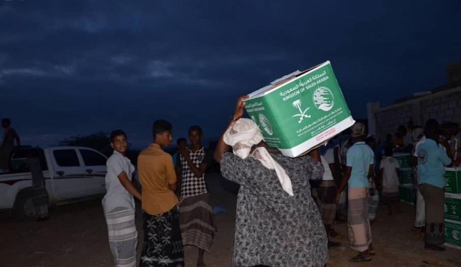 15 طنًا من الغذاء لمنكوبي إعصار لبان في المهرة