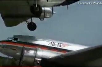 فيديو يحبس الأنفاس.. عجلات طائرة كادت تلامس سقف أخرى - المواطن