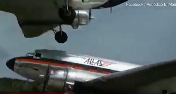 فيديو يحبس الأنفاس.. عجلات طائرة كادت تلامس سقف أخرى
