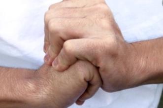 النمر يوضح علاقة طقطقة الأصابع بروماتيزم المفاصل - المواطن
