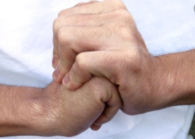 النمر يوضح علاقة طقطقة الأصابع بروماتيزم المفاصل
