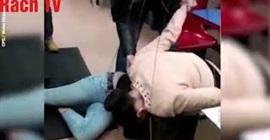 فيديو صادم.. امرأة تقضم أذن صديقتها في محل كباب!