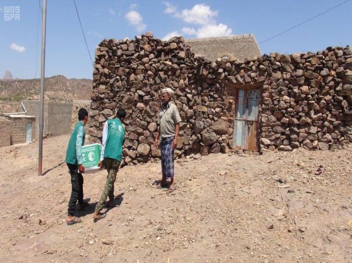 مركز الملك سلمان يواصل توزيع السلال الغذائية على المحتاجين بالضالع