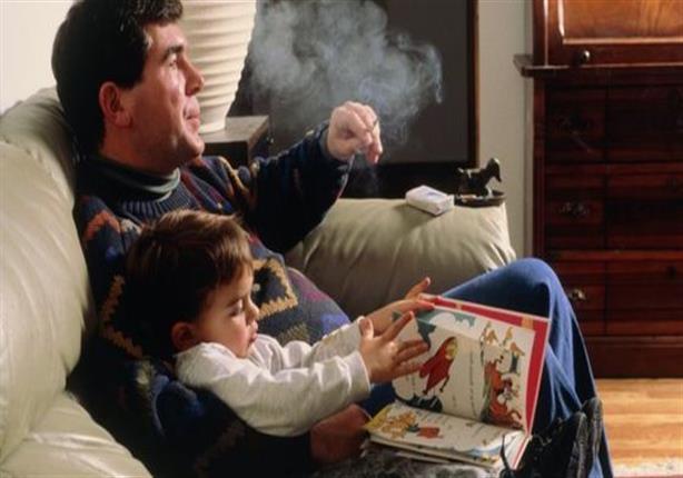 باحث سعودي يطالب بمقاضاة المدخنين أمام الأطفال