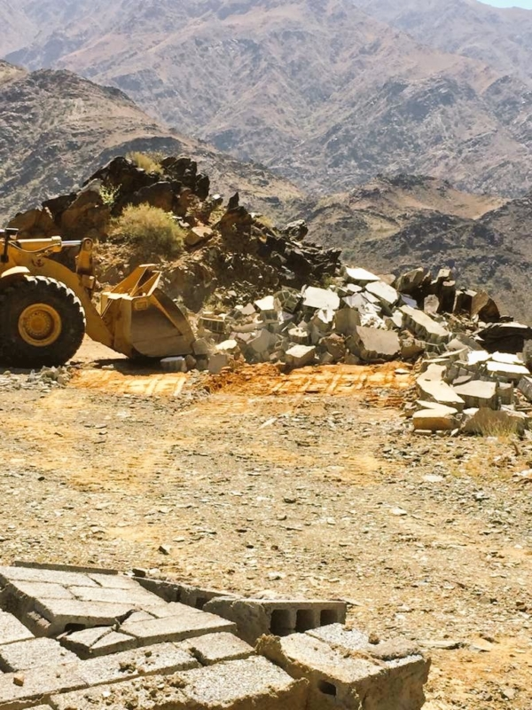 آليات وشرطة لإيقاف التعديات على 22 ألف متر من الأراضي في محايل - المواطن