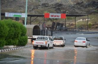 صور .. أمطار محايل تقطع الكهرباء وتكشف قصور التصريف - المواطن