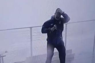فيديو.. مراسل أرصاد ينجو بأعجوبة من الموت تحتإعصار مايكل المدمر - المواطن