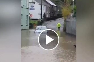فيديو.. نجاة رجل احتجزته السيول داخل مركبته - المواطن
