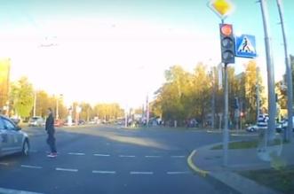 فيديو.. فتاة تقطع طريق موكب رئيس بيلاروسيا - المواطن