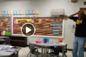 فيديو مؤثر.. رد فعل عامل أصم وأبكم هنأه الطلاب بعيد ميلاده بلغة الإشارة - المواطن