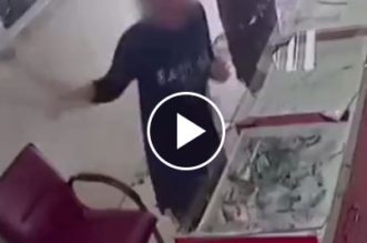 فيديو.. فتاتان تحطمان محلًا للجوالات - المواطن