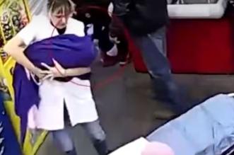 فيديو متداول.. سيدة تضع مولودها في متجر بمساعدة الزبائن - المواطن