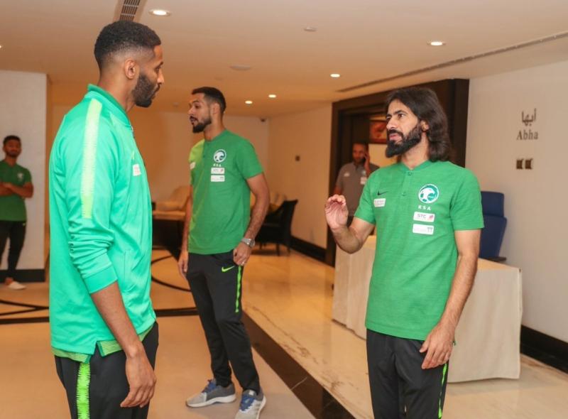 صور .. لاعبو الأخضر يصلون مقر معسكر الرياض - المواطن