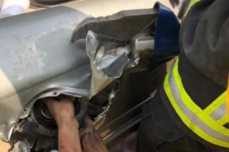 صور.. تحرير يد مواطن احتجزت داخل فتحة خزان وقود السيارة - المواطن