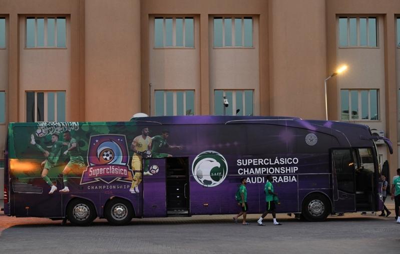 حافلة الأخضر الجديدة تلفت الأنظار قبل الرباعية