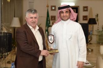 البلطان يهدي درع الشباب لرئيس اتحاد القدم العراقي - المواطن