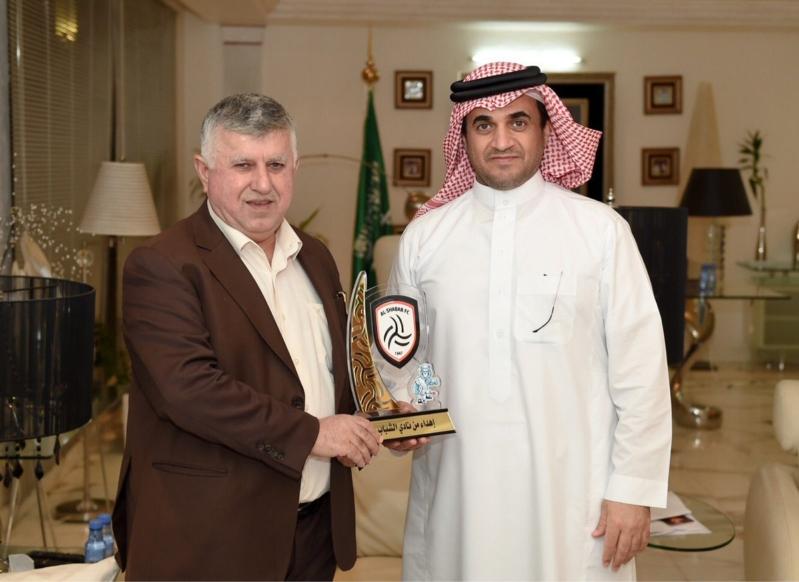 البلطان يهدي درع الشباب لرئيس اتحاد القدم العراقي