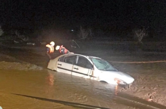 مدني تربة ينقذ 13 شخصاً ويبحث عن مفقود جرفته السيول - المواطن