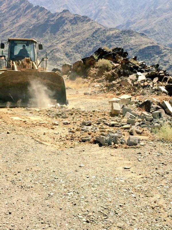 آليات وشرطة لإيقاف التعديات على 22 ألف متر من الأراضي في محايل