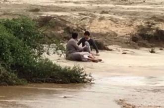 فيديو وصور.. مواطن يغامر بحياته وينقذ طفلا جرفه سيل المحاطة بالعارضة - المواطن