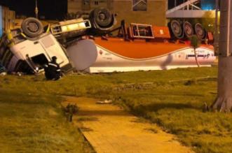 صور.. انقلاب ناقلة وقود يتسبب في وفاة قائدها واحتراق 18 سيارة في تبوك - المواطن
