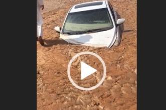 فيديو.. هذا ما فعلته السيول بسيارة تجاهل قائدها تعليمات المدني - المواطن