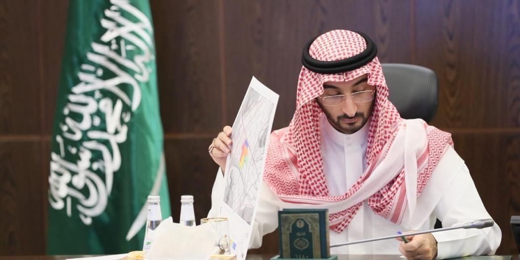 نائب أمير مكة يناقش سبل تطوير وتجويد خدمات ضيوف الرحمن