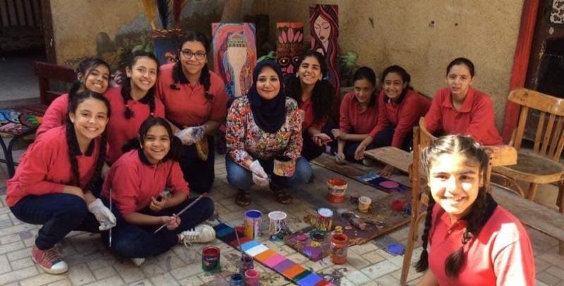 صور.. فتيات مصريات يعدن إحياء مدرستهن المتهالكة بلوحات فنية مبدعة