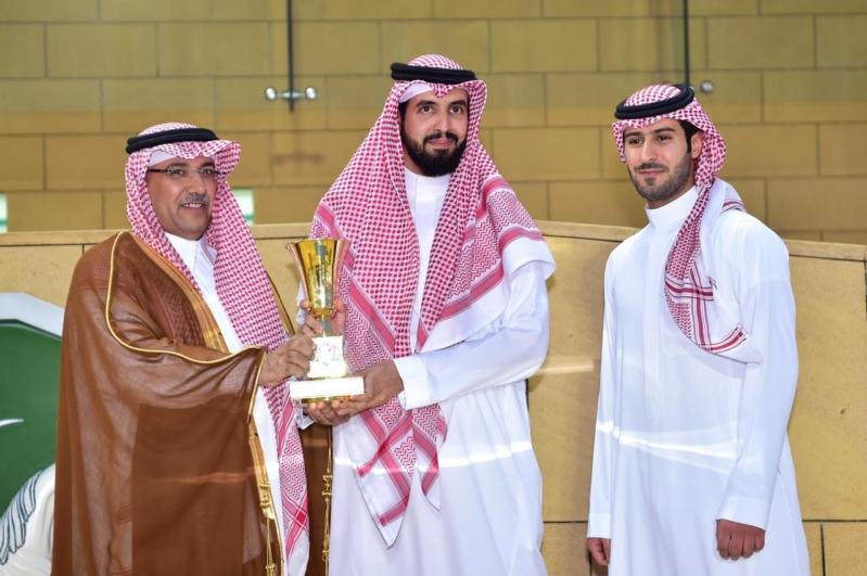 الفارس يسلم سعود بن سلمان بن عبدالعزيز كأس أمانة الرياض لسباق الخيل