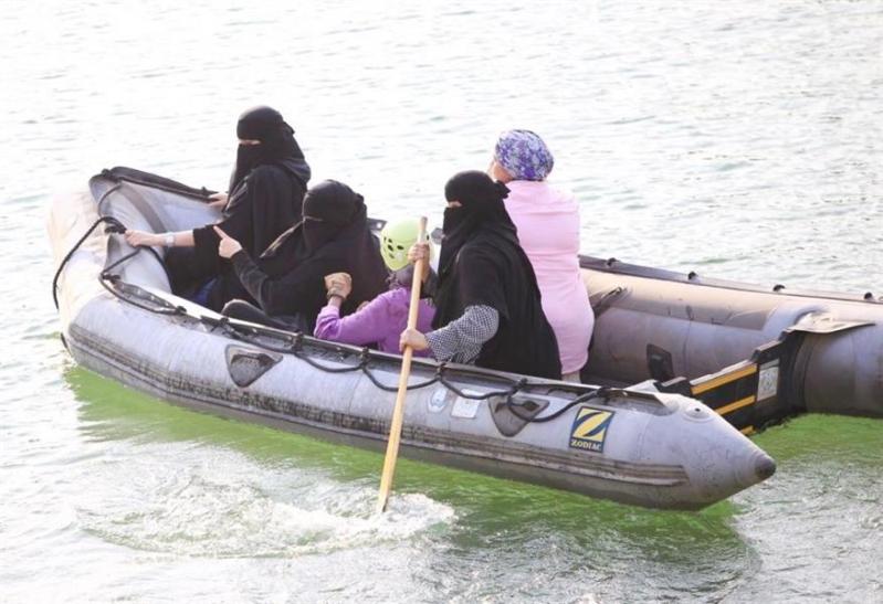 صور.. 50 سعودیة ینفذن أول فرضیة إنقاذ في البر والبحر