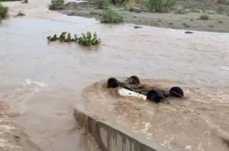 سيول تربة تجرف المركبات والمياه تُغلق طريق وراخ - المواطن